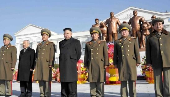 Jang Song Taek (R) attends a statue dedication at Mangyo'ngdae Revolutionary School (Photo: Rodong Sinmun).