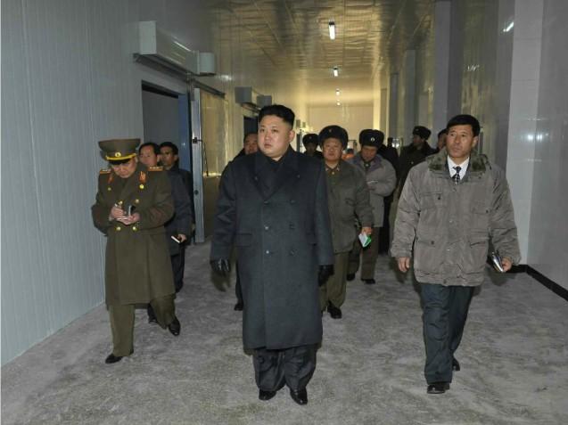 Kim Jong Un tours a seafood refrigeration facility (Photo: Rodong Sinmun).