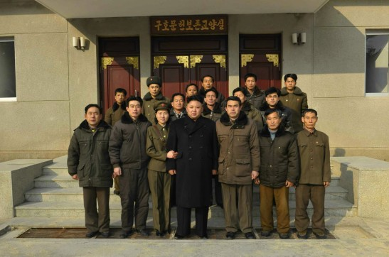 Kim Jong Un poses for a commemorative photograph with employees of the Mount Madu Revolutionary Battle Site (Photo: Rodong Sinmun).