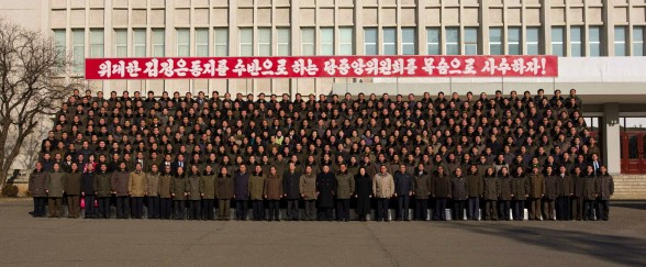 Kim Jong Un poses for a commemorative photo with personnel of the State Academy of Sciences (Photo: Rodong Sinmun).