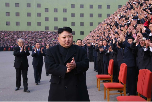 Kim Jong Un applauds at a photo-op with conference participants (Photo: Rodong Sinmun).