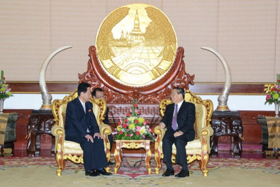DPRK Ambassador to Laos Ri Sang Gun (L) talks with Lao President Choummaly Sayasone at the Presidential Office in Vientiane on 13 February 2014 (Photo: Lao Presidential Office).