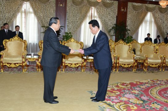 Lao President Choummaly Sayasone (L) receives the diplomatic credentials of DPRK Ambassador to Laos Ri Sang Gun on 13 February 2014 (Photo: Laos Presidential Office).