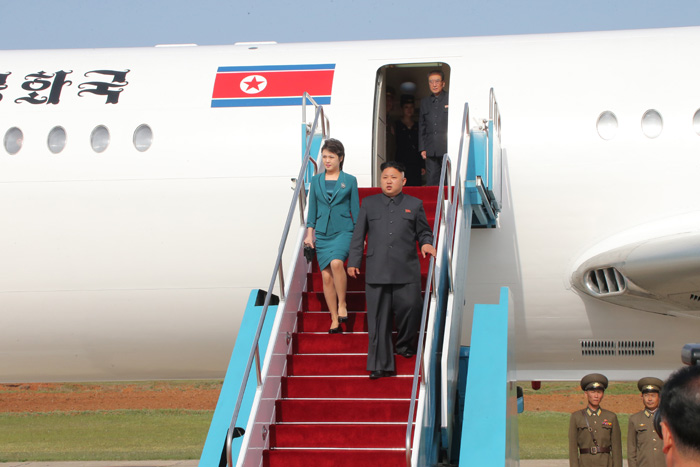 Kim Jong Un and Ri Sol Ju arrive via plane to the flight drill competition