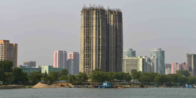 View from the Taedong River of the construction of apartment buildings for faculty of Kim Ch'aek University of Technology (Photo: Rodong Sinmun).