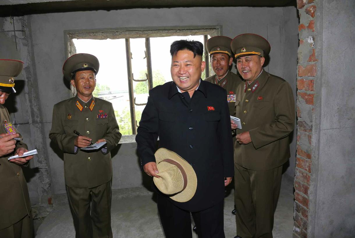 Kim Jong Un tours the construction of an apartment unit (Photo: Rodong Sinmun).