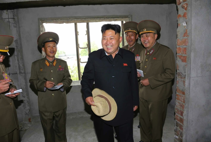 Kim Jong Un tours the construction of an apartment unit (Photo: Rodong Sinmun).