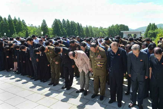 Members of Jon Pyong Ho's family and members of his national funeral committee bow during a graveside service at Patriotic Martyrs' Cemetery in Pyongyang on 10 July 2014 (Photo: Rodong Sinmun).