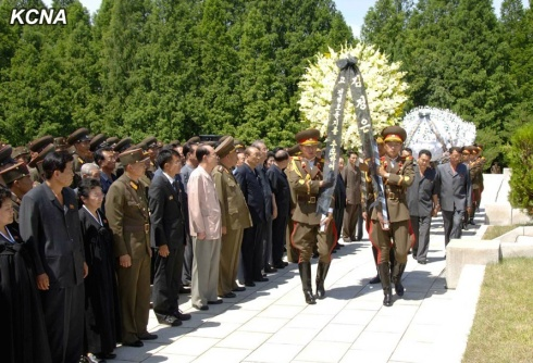A floral wreath from Kim Jong Un is brought to the burial service by members of a KPA honor guard (Photo: KCNA).