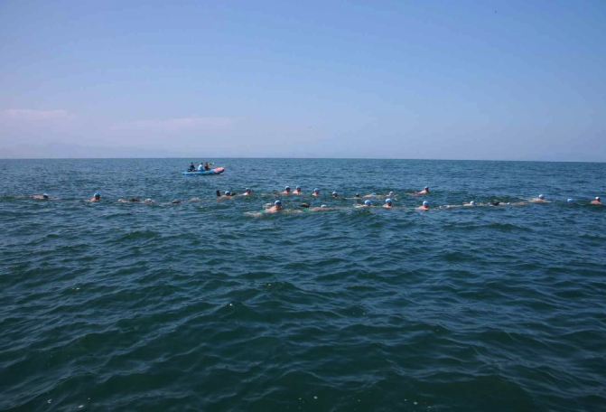 Commanding officers of units subordinate to the KPA Navy's East Sea and West Sea Fleets participate in an assessment of their swimming abilities (Photo: Rodong Sinmun).