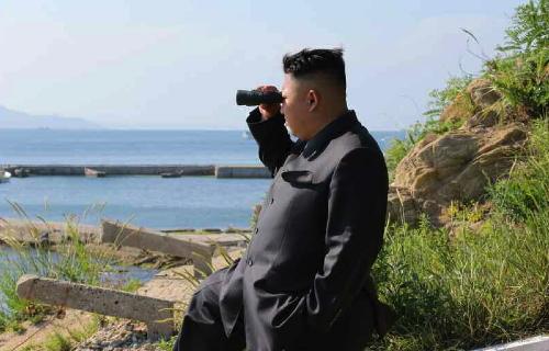Kim Jong Un watches an artillery exercise by the Ung Islet Defense Detachment (Photo: Rodong Sinmun).