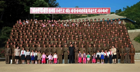 Kim Jong Un poses for a commemorative photo with officers, service members and military families stationed on Ung Islet (Photo: Rodong Sinmun).