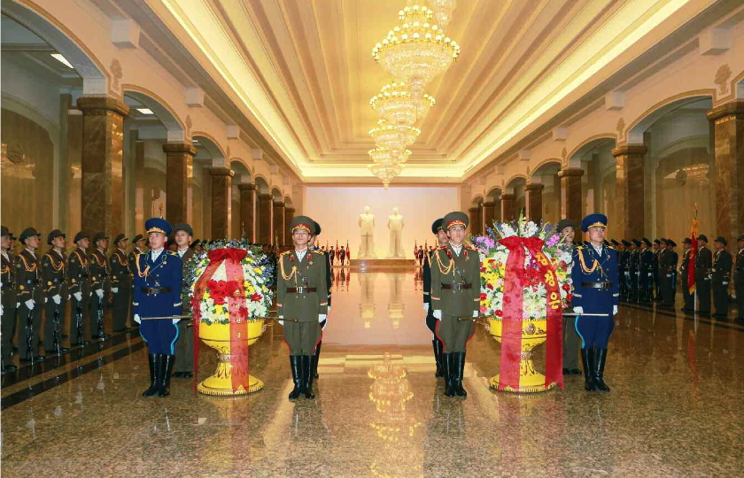 A KPA honor guard with floral baskets from Kim Jong Un (right) and the KPA (left) (Photo: Rodong Sinmun).
