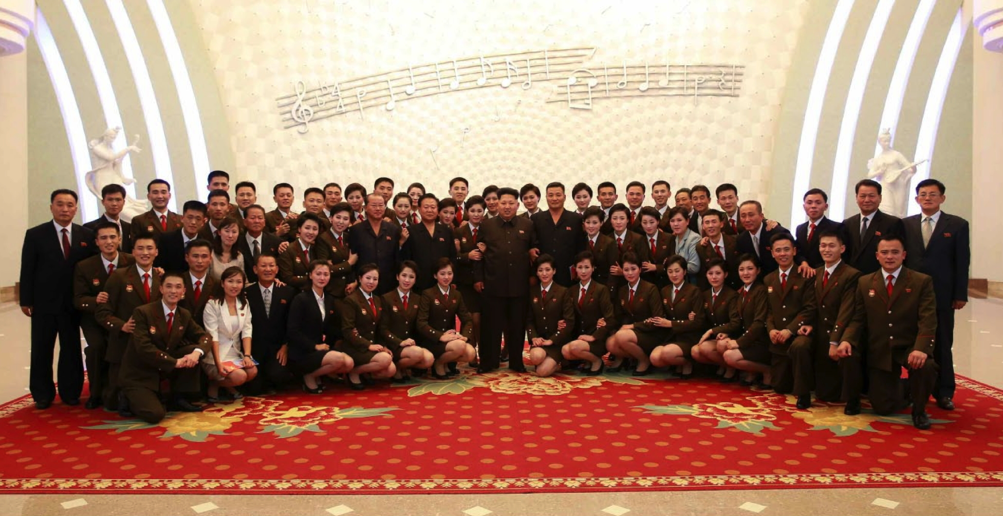 Kim Jong Un poses for a commemorative photo with members of the Kim Il Sung Socialist Youth League Art Propaganda Squad following the concert (Photo: Rodong Sinmun).