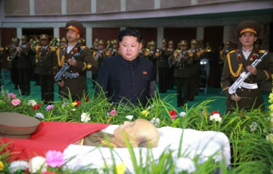 Kim Jong Un pays his respects at the casket bier of MAR Ri Ul Sol at the Central Hall of Workers in Pyongyang on November 8, 2015 (Photo: Rodong Sinmun).