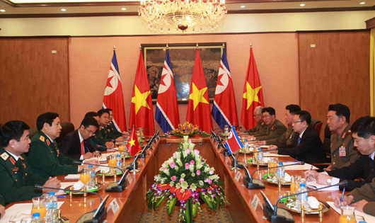 Senior MOD and VPA officials (left) meet with a KPA delegation on November 27, 2015 (Photo: MOD/VNA).