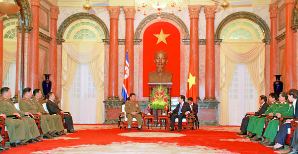 Vietnamese President Trương Tấn Sang (right) talks with Gen. Pak Yong Sik in Hanoi on November 27, 2015 (Photo: Office of the President of Vietnam).
