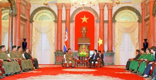 Vietnamese President Trương Tấn Sang (right) talks with Gen. Pak Yong Sik in Hanoi on November 27, 2015 (Photo: Office of the President of Vietnam).