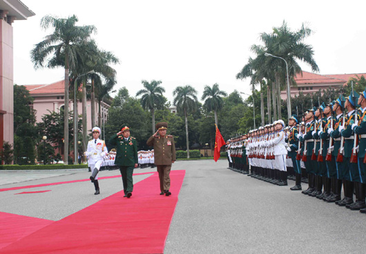 Gen. Pak Yong Sik (right) participates in a formal welcome ceremony on November 27, 2015 (Photo: MOD/VNA).