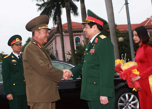 Vietnam's Minister of Defense Gen. Phùng Quang Thanh (right) shakes hands with Gen. Pak Yong Sik (left) on November 27, 2015 (Photo: VNA).