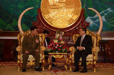 Gen. Pak Yong Sik (left) meets with Lao President Choummaly Sayasone [right] in Vientiane on November 22, 2015 (Photo: KPL).