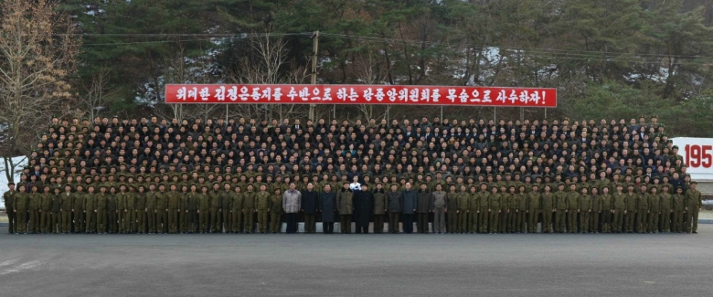 Commemorative photo of Kim Jong Un with employees and managers of January 18 General Machinery Plant (Photo: Rodong Sinmun).