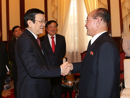 Vietnamese President Trương Tấn Sang sharks hands with Jang Pyong Gyu, Director of the DPRK Supreme Prosecutor's Office, in Hanoi on December 2, 2015 (Photo: VNA).