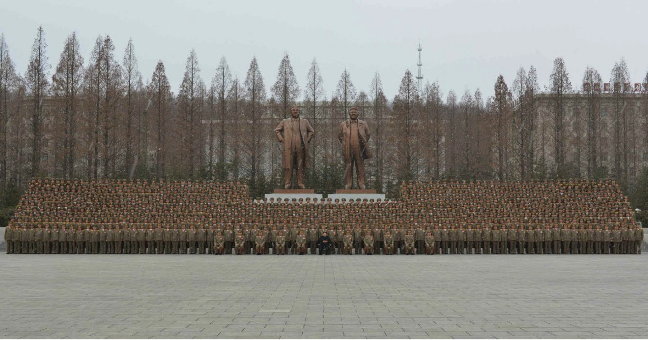 Kim Jong Un poses for a commemorative photo with senior officers of the Ministry of the People's Armed Forces, KPA General Staff and KPA General Political Department, in front of the statues of his father and grandfather at the MPAF complex (Photo: Rodong Sinmun/KCNA).