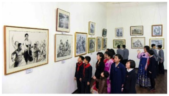DPRK citizens visits a pencil sketch and visual art exhibit in Pyongyang (Photo: Rodong Sinmun).