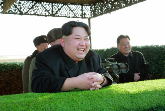 Kim Jong Un observes the test of anti-tank weapons (Photo: Rodong Sinmun).