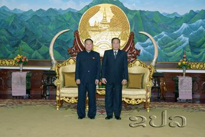 Kim Yong Chol (left) poses for a commemorative photo with Lao President Choummaly Sayasone (right) in Vientiane on February 12, 2016 (Photo: KPL).