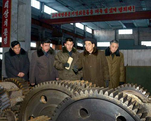 Pak Pong Ju tours Ryongso'ng Machine Complex in Hamhu'ng South Hamgyo'ng Province (Photo: Rodong Sinmun).