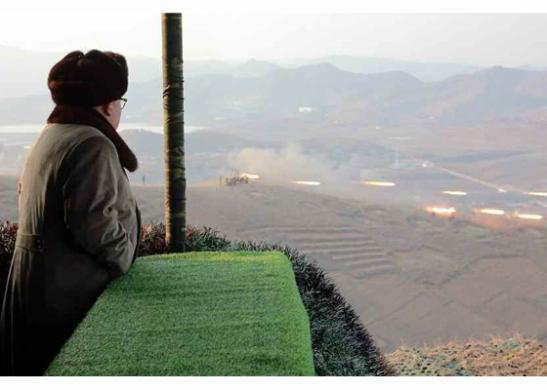 Kim Jong Un observes KPA artillery units participating in an anti-landing drill (Photo: Rodong Sinmun).