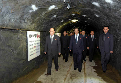 Senior DPRK officials tour the Kunja-ri Revolutionary Site in So'ngch'o'n, South P'yo'ngan Province (Photo: KCNA).