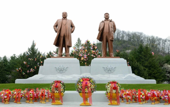 Floral baskets at the foot of statues of Kim Il Sung and Kim Jong Il at the Kunja-ri Revolutionary Site in So'ngch'o'n, South P'yo'ngan Province (Photo: Rodong Sinmun).