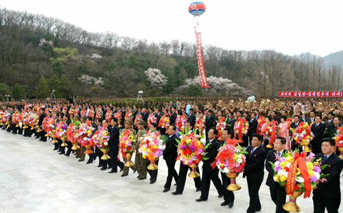 Managers and employees of the DPRK's munitions and defense industries bring floral baskets to the foot of the statues (Photo: Rodong Sinmun).