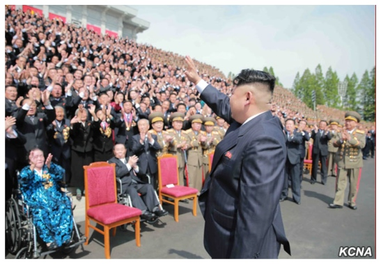 Kim Jong Un waves to participants in the 7th Party Congress participating in a photo-op outside the congress' venue the April 25 House of Culture (Photo: KCNA).