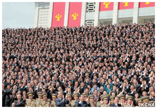 Members of the central leadership and anti-Japanese revolutionary heroes (front row) along with 7th Party Congress participants at a commemorative photo-op with Kim Jong Un (Photo: KCNA).