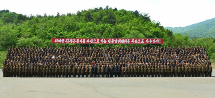 Commemorative photograph of Kim Jong Un with employees and officials of a machine plant managed by Ho Chol Yong (Photo: Rodong Sinmun).