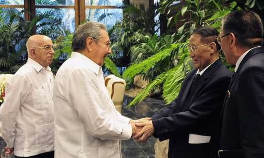 Kang Sok Ju shakes hands with Cuban President Raúl Castro in Havana in June 2015 (Photo: Granma)