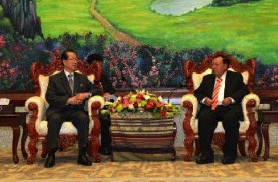 Choe Tae Bok talks with LPRP Secretary General Bounnhang Vorachith in Vientiane on June 7, 2016 (Photo: Rodong Sinmun).