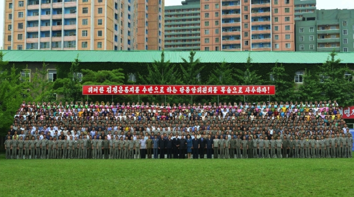 Commemorative photograph of Kim Jong Un and managers and employees of the Kim Jong Suk Textile Mill (Photo: Rodong Sinmun).