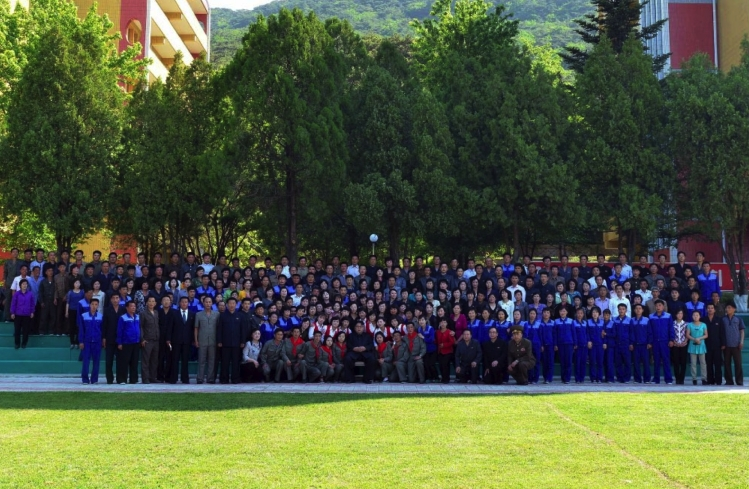 Kim Jong Un poses for a commemorative photograph with managers, staff, functionaries and Korean Children's Union and KISYL members at Mangyo'ngdae Children's Camp (Photo: Rodong Sinmun).