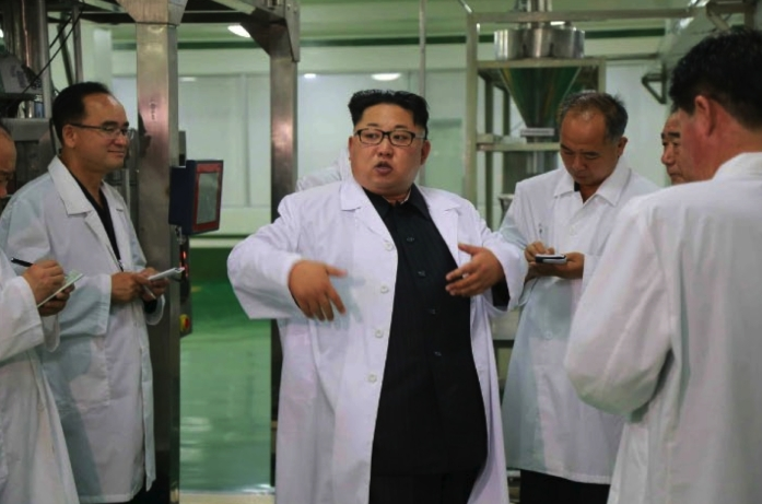 Kim Jong Un issues instructions during a tour of the Pyongyang Cornstarch Factory (Photo: Rodong Sinmun).