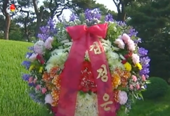 Floral presentation from Kim Jong Un at the grave of Ro Po Ik in Mangyo'ngdae on May 31, 2016 (Photo: Korean Central TV).
