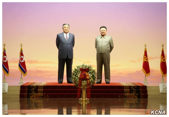 Floral basket from Kim Jong Un, placed in front of the statues of Kim Il Sung and Kim Jong Il (Photo: KCNA).