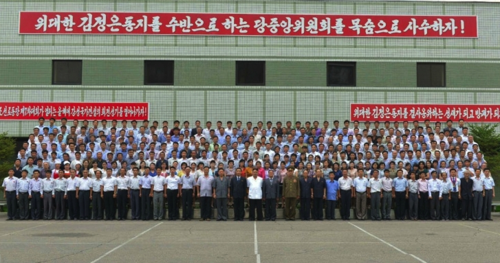 Commemorative photograph of Kim Jong Un with managers and employees of the Paektusan Architectural Institute (Photo: Rodong Sinmun).