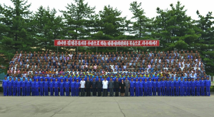 Commemorative photograph of Kim Jong Un with managers and employees of the P'yo'ngso'ng Synthetic Leather Factory in South P'yo'ngan Province (Photo: Rodong Sinmun).