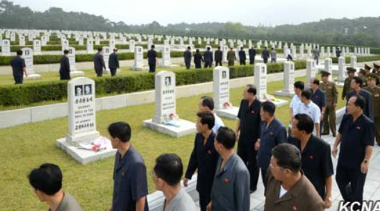 Pyongyangites visit the Patriotic Martyrs' and Volunteers' Heroes Cemetery in suburban Pyongyang on September 15, 2016 (Photo: KCNA).