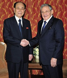 Kim Yong Nam shakes hands with Cuban President Raul Castro on the sidelines of the NAM summit (Photo: Prensa Latina)